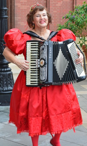woman playing accordeon