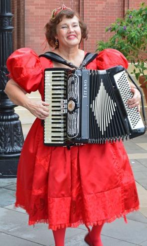 woman playing accordeon